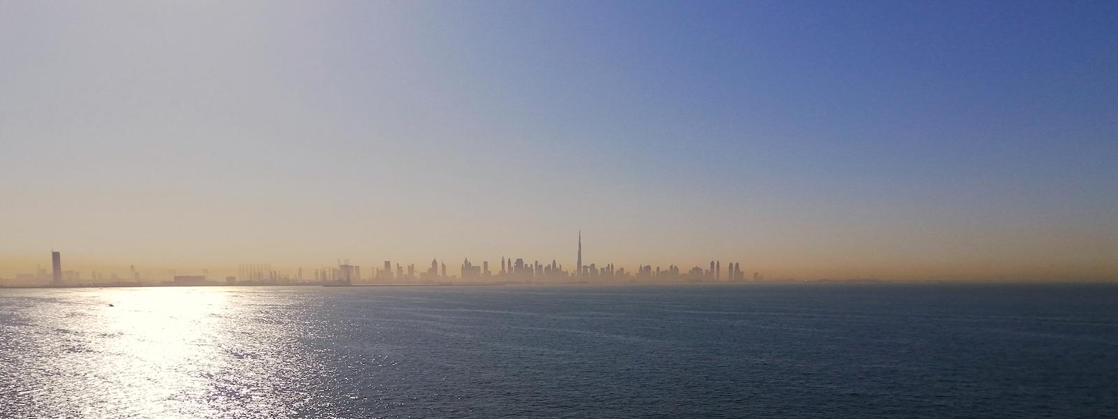 Die Skyline von Dubai am Horizont