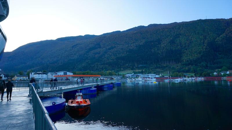 Der Seawalk im Hafen von Nordfjordeid